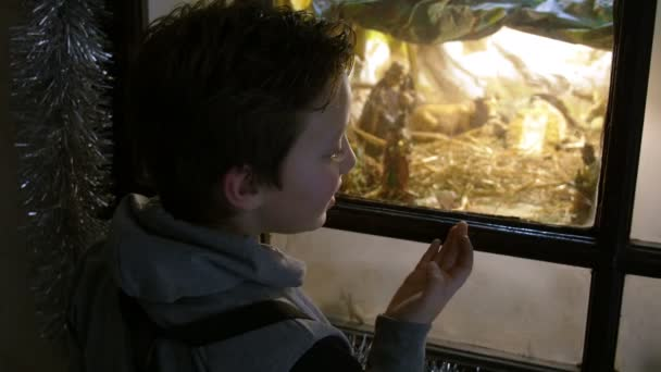 erstaunt Kind beobachten die Krippe