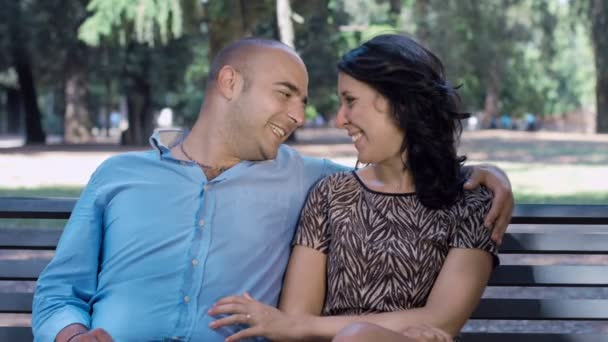 milenci, sedí na lavičce ve veřejném parku: pár v lásce