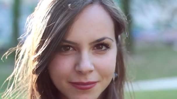szép, mosolygós, fiatal nő portréja
