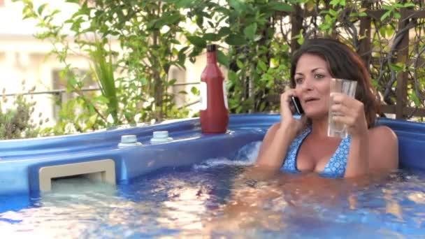 žena mluvila na mobil