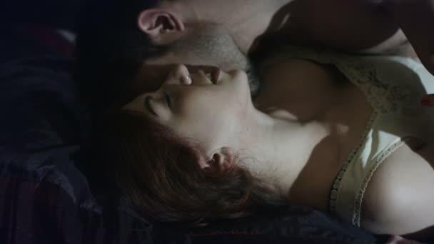 Sexy junge Paar küssen im Bett