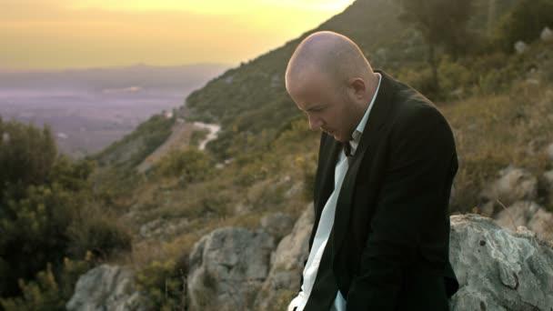 depressiver und trauriger Geschäftsmann: einsamer Geschäftsmann im Sonnenuntergang