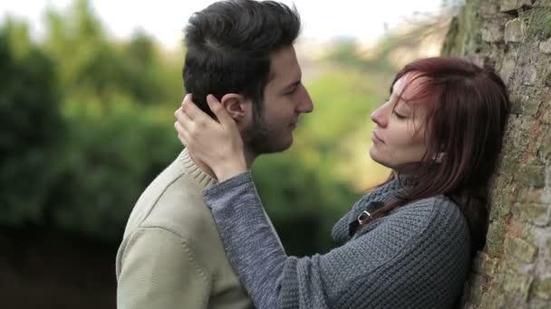 junges Paar flirtet und küsst sich auf der Straße