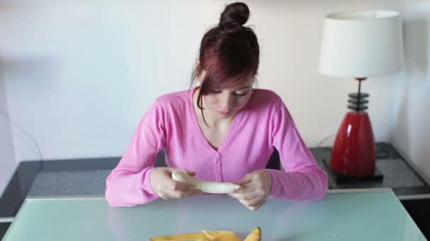 junge Frau isst Banane