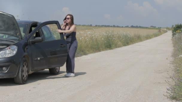 nő közelében törött autó kéri, segítség