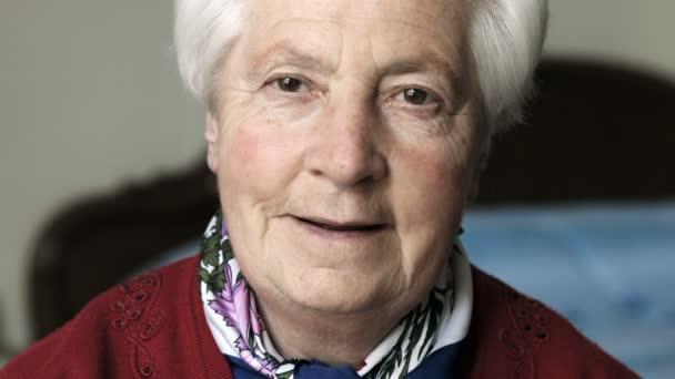 alte Frau Meilen in der Kamera: gealtert, ruhig, Gelassenheit, Gelassenheit, allein, Nahaufnahme