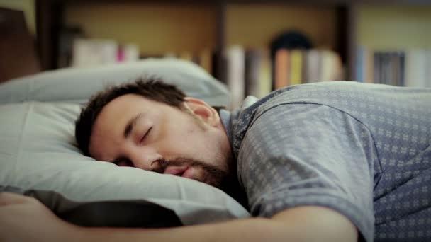Muž se probudí ráno
