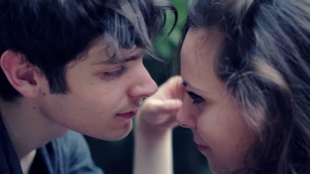 S'embrasser Couple Heureux Se Et Caresser EDHW2I9