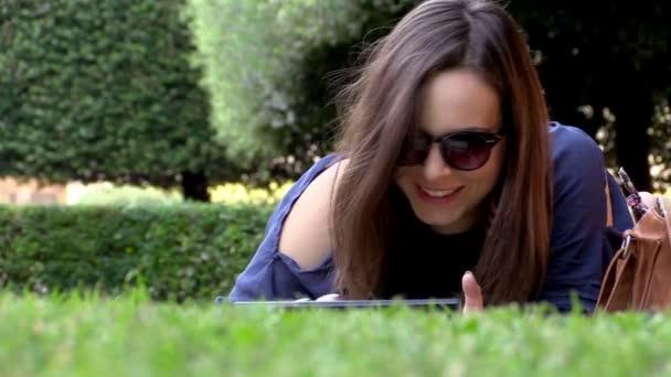 mladá žena pomocí tabletu počítače