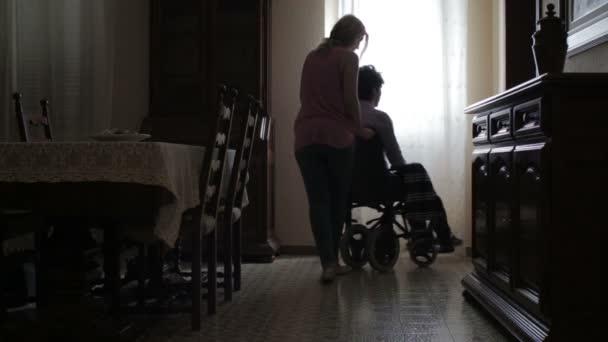 žena tlačí invalidní vozík s tělesně veterán, objetí