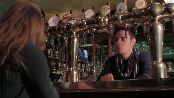 barman versando birra ad una ragazza
