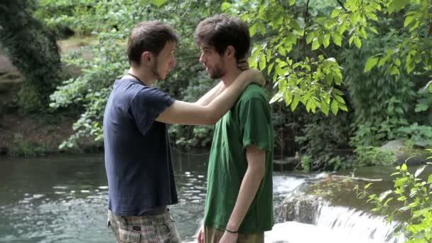 dva mladí gay muž objímaly