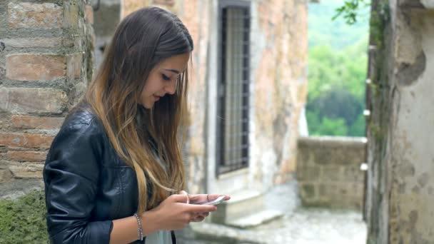 dospívající pomocí její smartphone