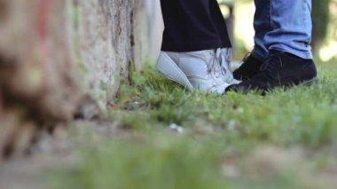 как парни целуют польци ног девушек видео
