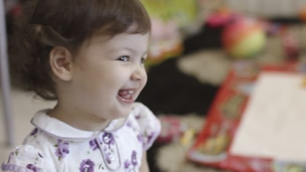 boldog, mosolygós kislány: nevetett, és élvezi