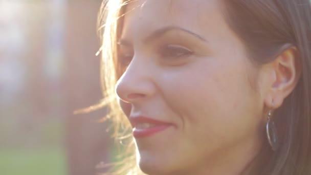zblízka krásné usměvavé ženy