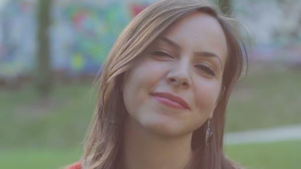 portrét krásné ženy, který se usmívá - wellness - štěstí - laugher - l