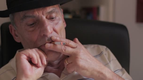 Resultado de imagem para idoso fumando