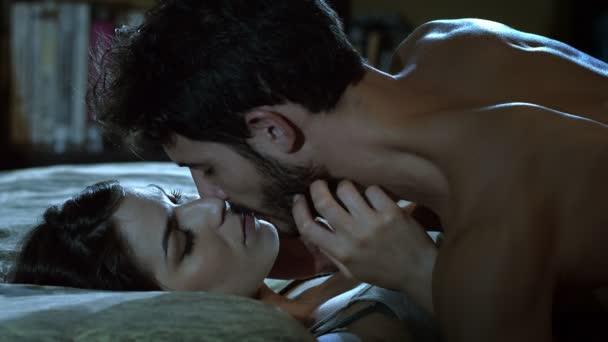 junges Paar küsst sich in der Nacht