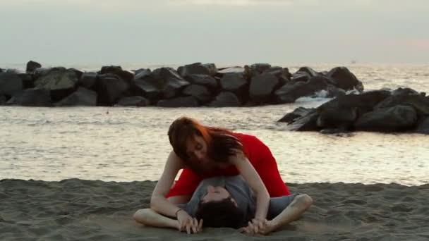 Bugie di coppia sulla spiaggia