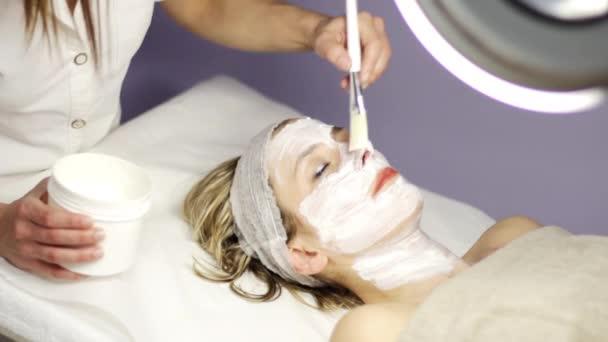 Ton-Gesichtsmaske im Beauty spa
