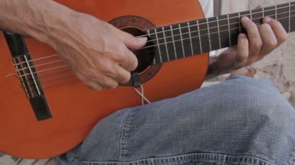 ember játszik klasszikus gitár
