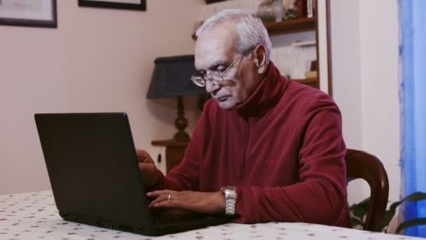 Alter Mann mit Laptop-Computer zu Hause: im Ruhestand der Mensch lernen, einen pc zu verwenden