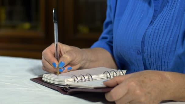 Lady írásban valamit a napló, a notebook, a Jegyzettömb