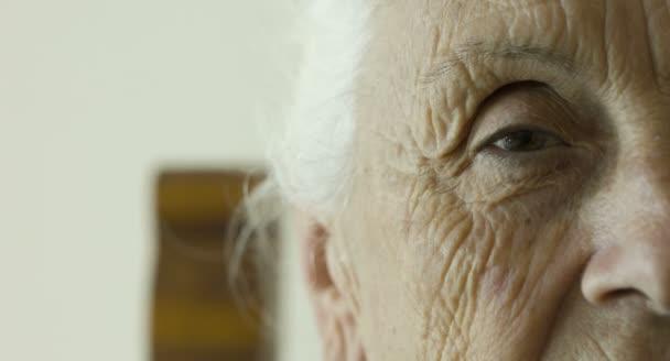 nyílt és szoros szem öregasszony, a szemek, az idősek