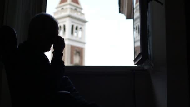 Depresivní člověk přemýšlí