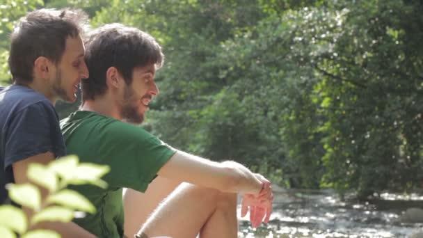 Dva mladí muži flirtování na slunci. Gay scéna
