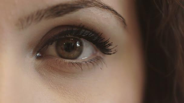 Das Auge der jungen Frau