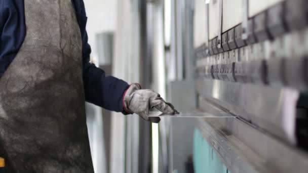 pressa piegatrice, plasmare il ferro in fabbrica