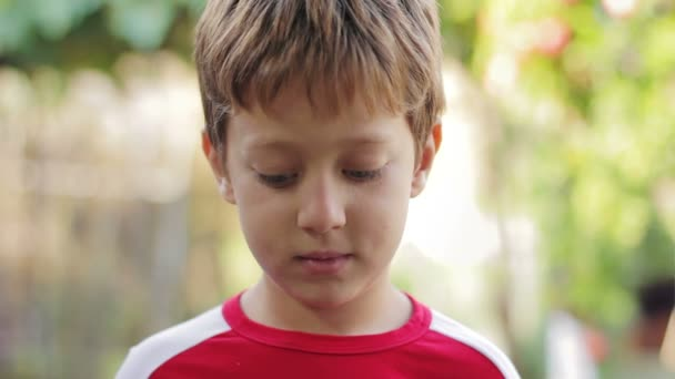 Portrét šťastný radostné krásný usměvavý chlapeček při pohledu na fotoaparát