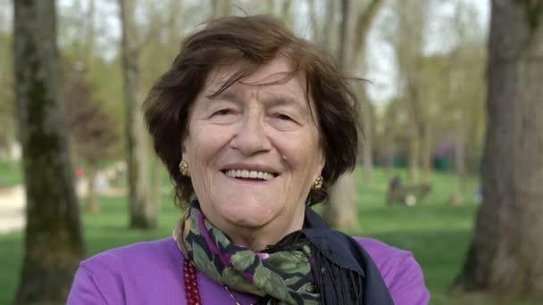 stará žena, směje se na kameru v parku, smíchu, úsměvu