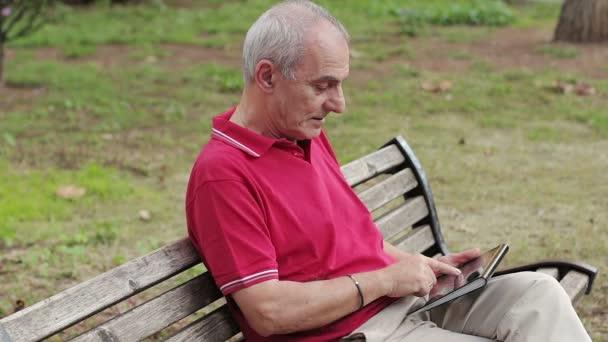 Alter Mann mit tablet