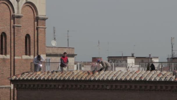 dělníci svařování zábradlí (balustráda) na terase budovy