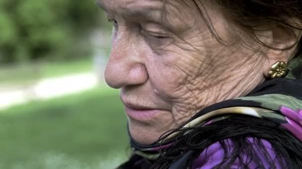 neklidné a depresivní žena sedí sám: smutný, osamělá žena