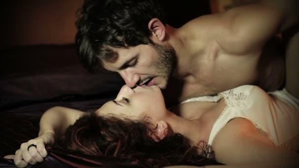 Attraktives Paar Liebhaber im Bett