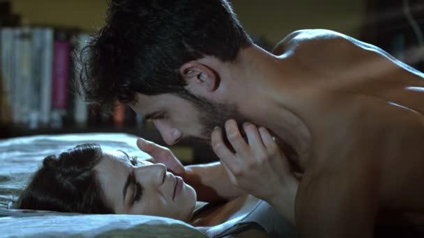 Mann und Frau im Bett küssen