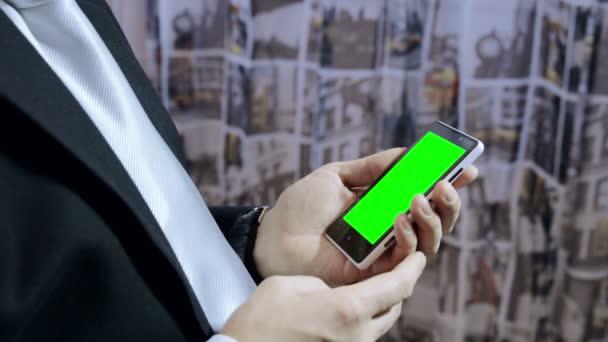 podnikatel, pomocí smartphone s zelená obrazovka