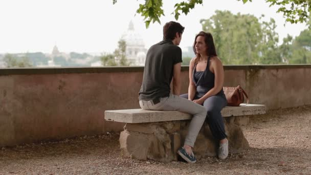 muž a žena na lavičce a a nehýbej se