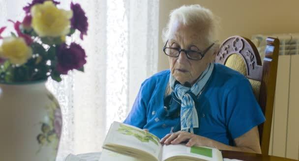 stará žena studium staré knihy, starší