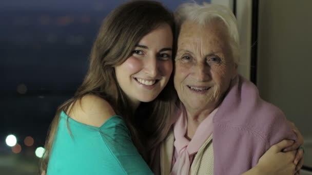 Enkelin küsst ihre Großmutter
