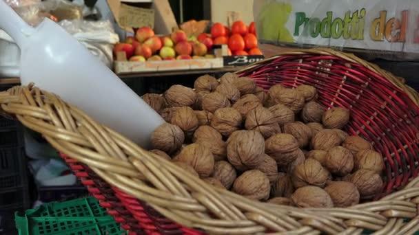 Vlašské ořechy v tradiční venkovní trh