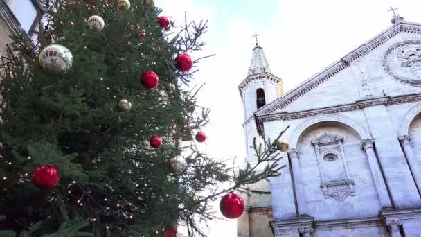 Vánoční dekorace s starý kostel v pozadí