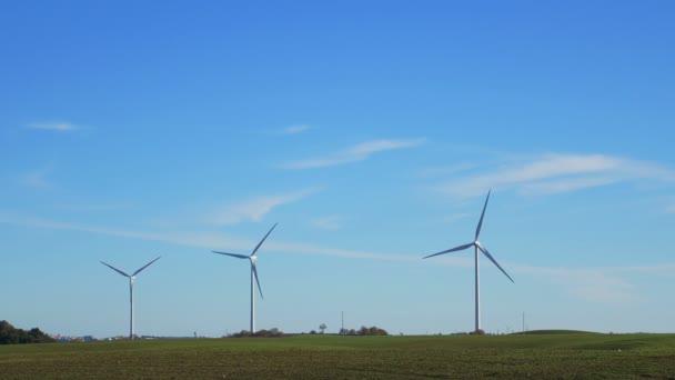 grüne Wiese mit Windkraftanlagen