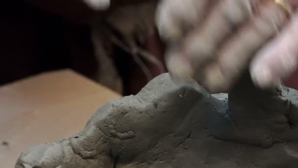 Handwerker fertigt eine Skulptur aus Ton