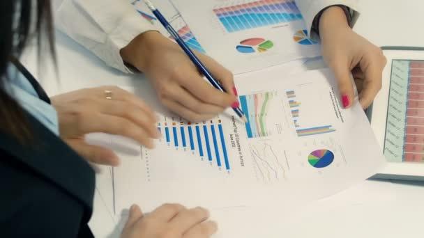 tanulmányozza a pénzügyi diagramokat üzletasszonyok