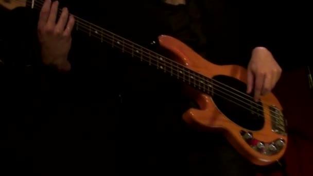 Férfi játszik elektromos basszusgitár